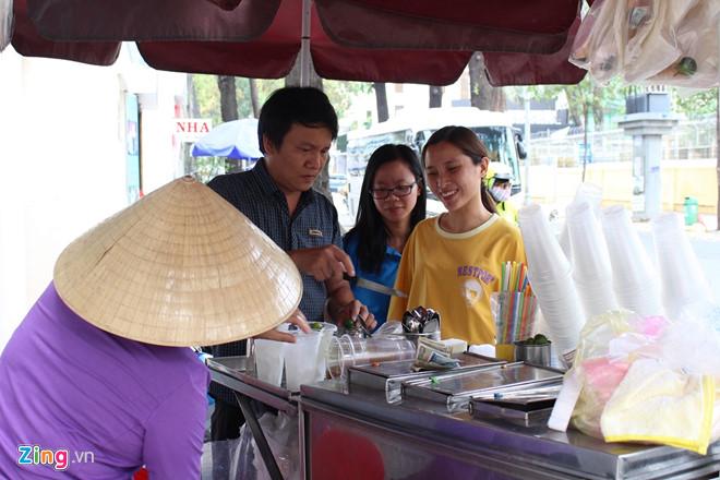 Nước sâm, nước mía lề đường hốt bạc ngày Sài Gòn nóng 36 độ C