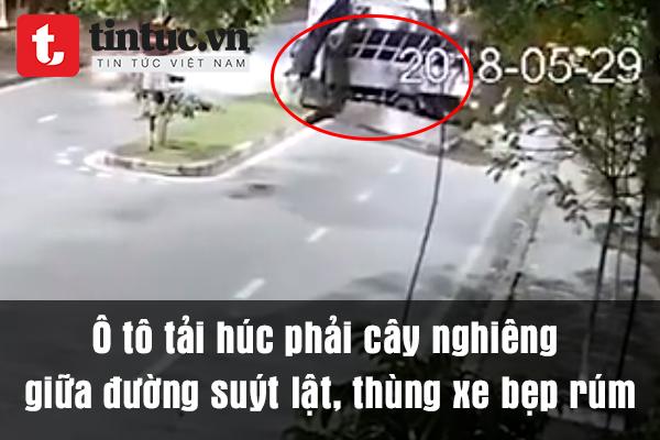 Ô tô tải húc phải cây nghiêng giữa đường suýt lật, thùng xe bẹp rúm