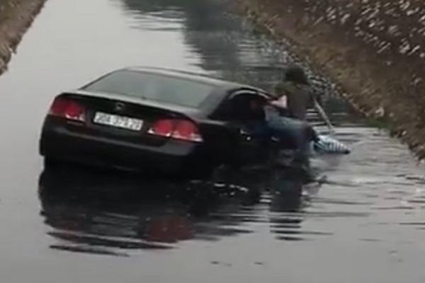 Video: Nữ tài xế lao ô tô xuống mương nước đen ngòm