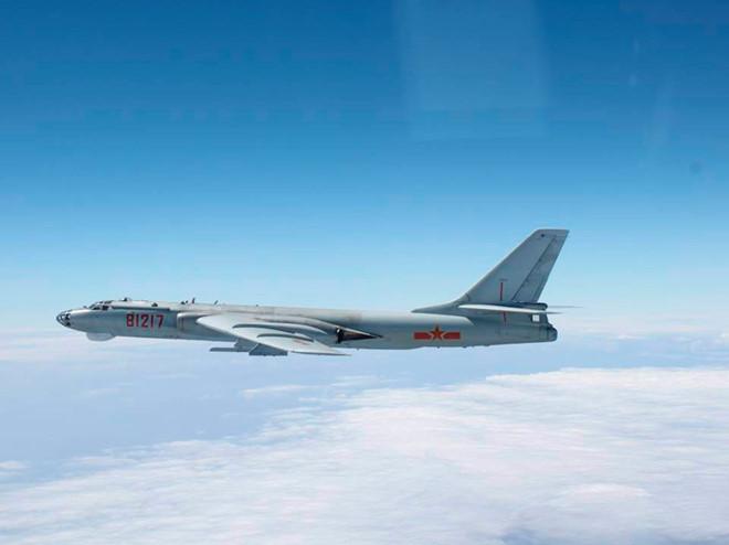 Trung Quốc lần đầu tiên cho máy bay ném bom chiến thuật H-6K diễn tập hạ cánh trên biển Đông ngày 18/5. Ảnh: Reuters.