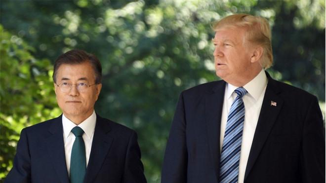 Tổng thống Trump và nhà đồng cấp Moon Jae In sải bước cùng nhau vào tháng 6/2017. Ảnh: AFP.