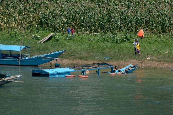 Khen thưởng 4 người dũng cảm cứu du khách bị lật thuyền