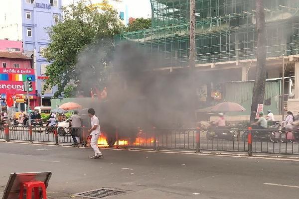 Xe tải đang chạy bốc cháy ngùn ngụt ở Sài Gòn