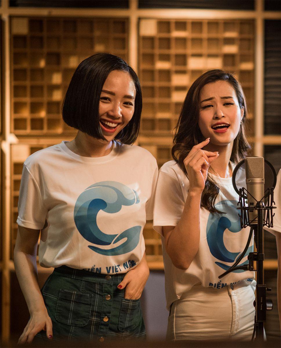 Đông Nhi và Tóc Tiên cùng hoà giọng hát.