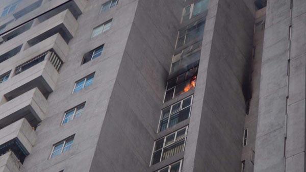2 giờ cố thủ chờ cứu nạn của vợ chồng già ở chung cư Fodacon