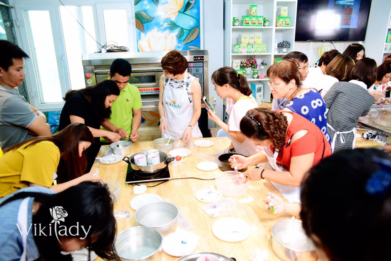 Các chuyên gia đang hướng dẫn khách mời làm bánh thạch 3D