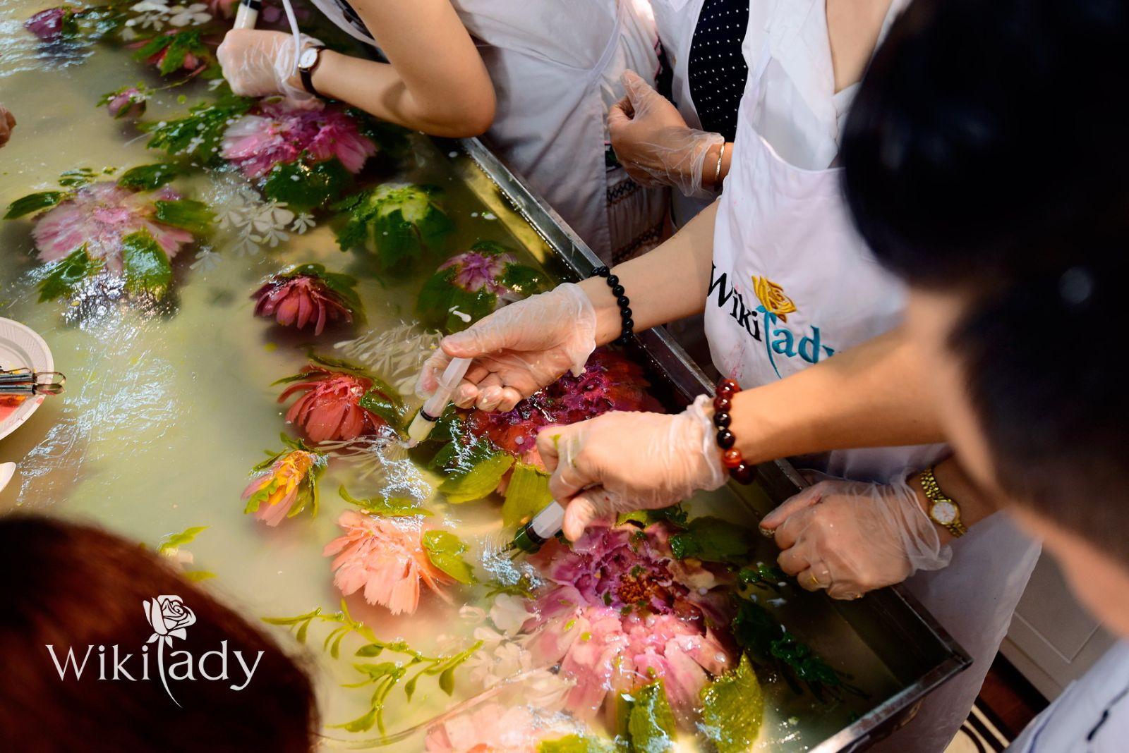 Từng đường nét bánh dần hiện ra dưới những đôi bàn tay tài hoa