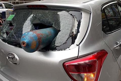 Giao thông ngày 10/4: Bình gas bất ngờ rơi trúng xe ô tô đang lưu thông, người đi đường hoảng sợ