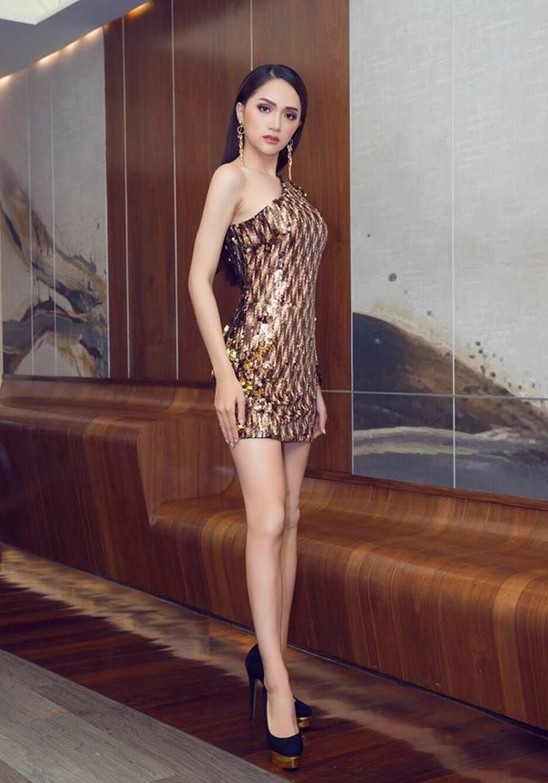 Chọn đồ lệch dáng và phụ kiện sai bét, Châu Bùi thất thế hoàn toàn trước Hoa hậu Hương Giang - Ảnh 2.
