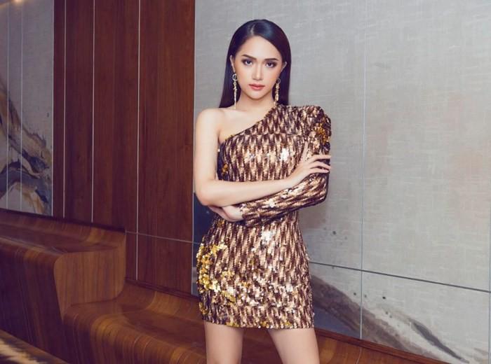Chọn đồ lệch dáng và phụ kiện sai bét, Châu Bùi thất thế hoàn toàn trước Hoa hậu Hương Giang - Ảnh 3.