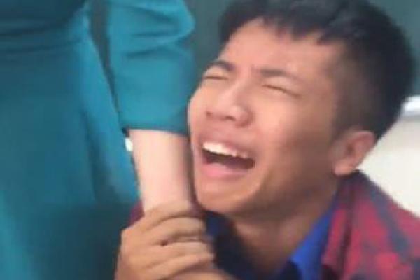 CLIP: Bật cười trước khoảnh khắc nam sinh quỳ gối nức nở xin cô giáo không thu điện thoại