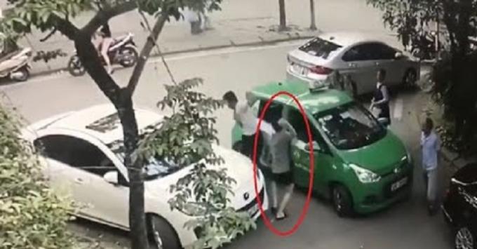 Hình ảnh anh Điểm bị tài xế xe Mercedes đánh bị thương (ảnh cắt từ calip).
