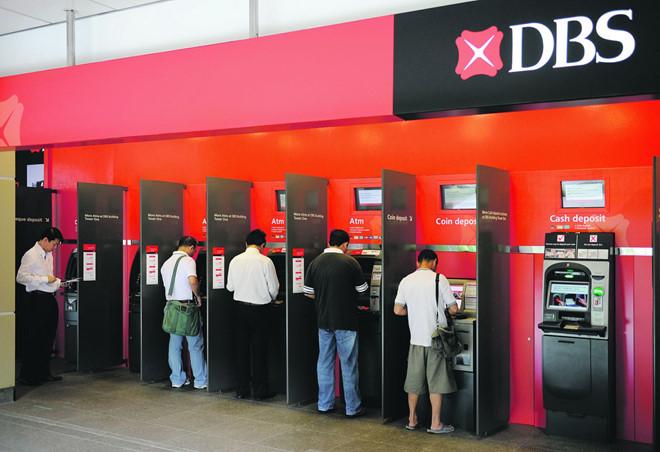 Hầu hết ngân hàng tại các nước trong khu vực Đông Nam Á đều miễn phí rút tiền tại ATM nội mạng. Ảnh: SG Stuff.