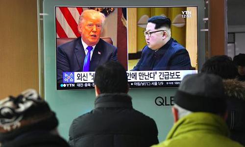 Người dân Seoul, Hàn Quốc, theo dõi tin về cuộc họp thượng đỉnh Mỹ - Triều hôm 9/3. Ảnh: AFP.