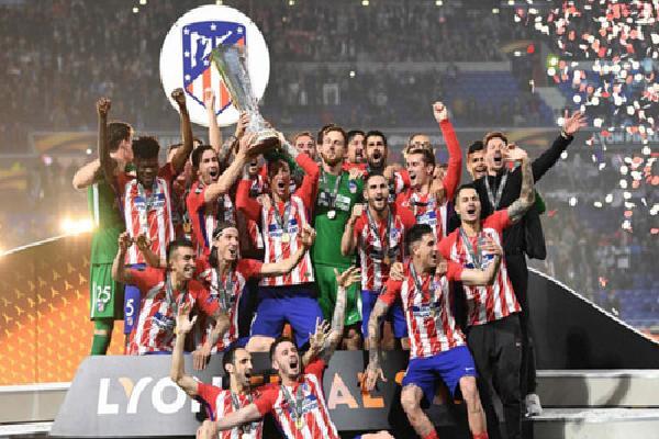 Real chúc mừng Atletico sau trận chung kết Europa League
