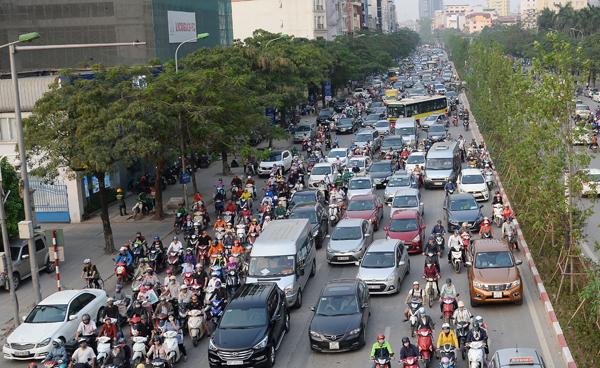 Sau xén dải phân cách, đường Hà Nội vẫn tắc