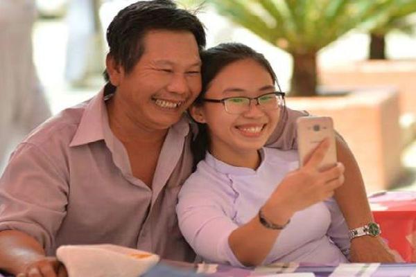 Khoảnh khắc 'cha và con gái' trong ngày bế giảng gây xúc động