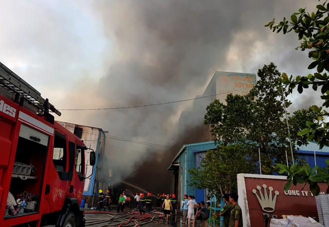 Đang cháy lớn tại Khu công nghiệp Vĩnh Lộc