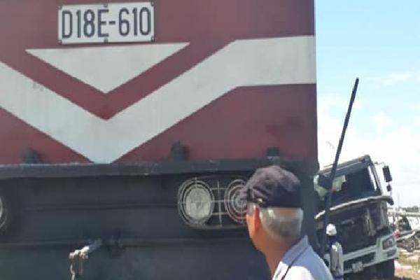 Nóng: Lại xảy ra va chạm kinh hoàng giữa tàu hỏa và xe tải