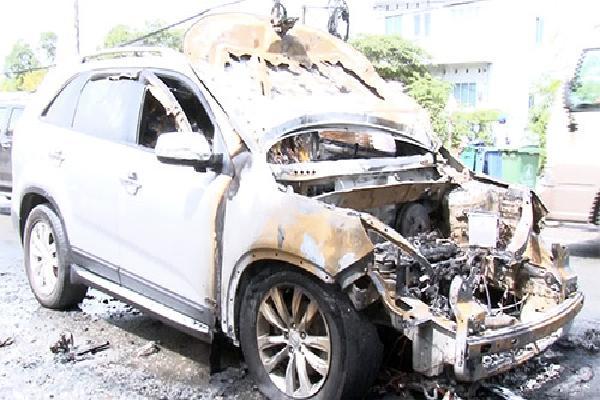 Cha ôm con thoát khỏi ôtô bốc cháy ở Vĩnh Long
