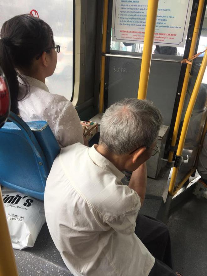 Hình ảnh cô gái trẻ không nhường ghế cho cụ ông già yếu khi đi xe buýt gây búc xúc - Ảnh 1.