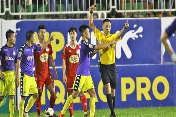 Hai trọng tài từ chối bắt trận lượt về HAGL với Hà Nội