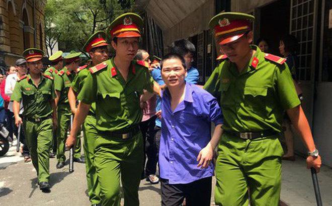 Bị cáo Nguyễn Thái Thanh Nhàn bị áp giải sau phiên tòa.