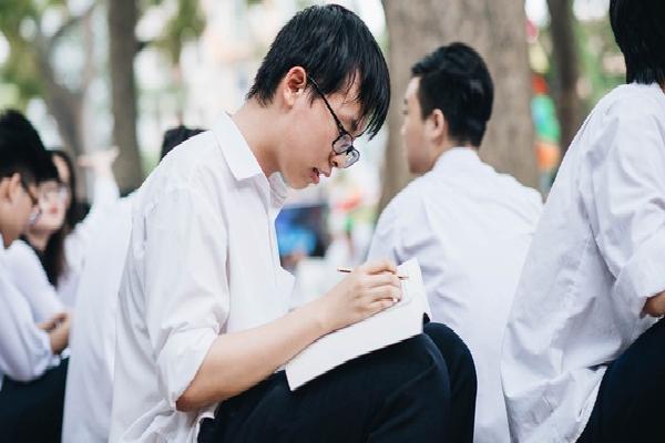 Thanh niên nghiêm túc dự lễ bế giảng: Ung dung rung đùi ngồi học, mặc kệ bạn bè khóc lóc chia ly