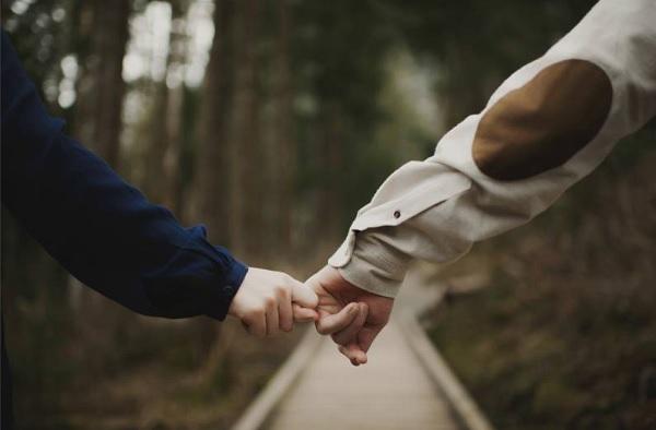 Đừng níu giữ mãi một bàn tay chỉ vì sợ cô đơn, đôi khi hạnh phúc đích thực chỉ đến khi bạn dám buông bỏ