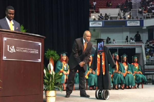 Ốm nhập viện, nữ sinh Mỹ cử robot dự tốt nghiệp thay