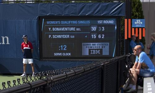Giới hạn giao bóng cho các tay vợt là 25 giây và đồng hồ sẽ đếm ngược. Ảnh: Anita Aguilar.