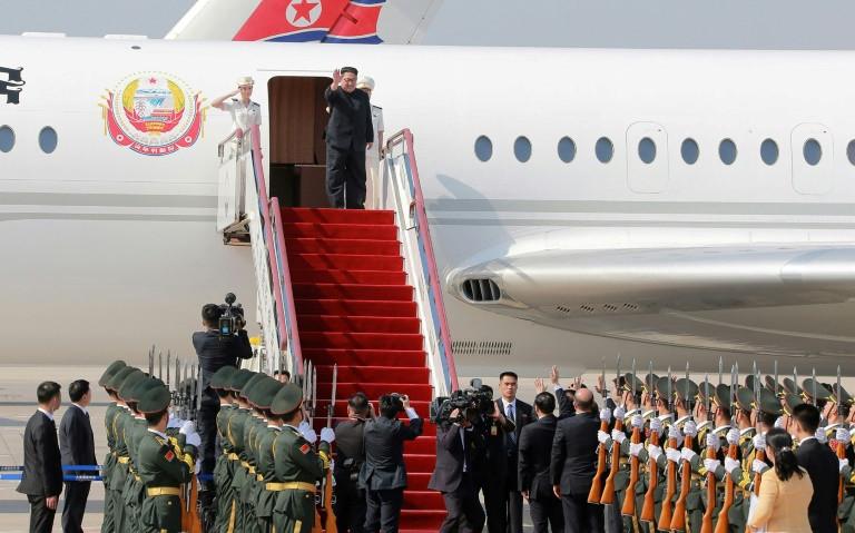 Nhà lãnh đạo Triều Tiên đi máy bay tới Đại Liên, Trung Quốc gặp gỡ Chủ tịch Tập Cận Bình hôm 7/5 vừa qua. Ảnh: KCNA/AFP