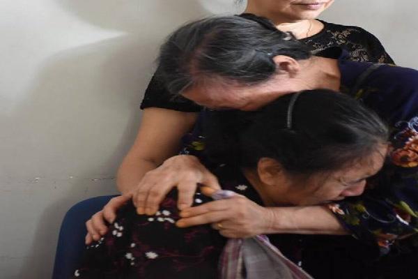 Mẹ của tài xế lái tàu gặp nạn khóc nấc trong vòng tay hàng xóm