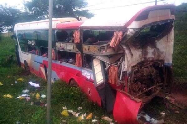 Xe container đâm ôtô giường nằm, hơn 10 người bị thương