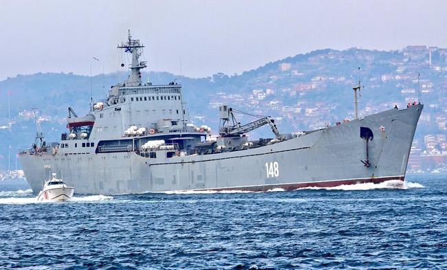 Tàu chiến Nga lừng lững chở xe tăng tới Syria