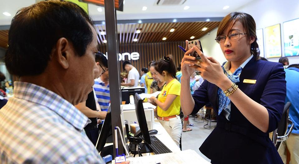 Quầy giao dịch của nhà mạng ở Sài Gòn chật cứng người chờ chụp hình