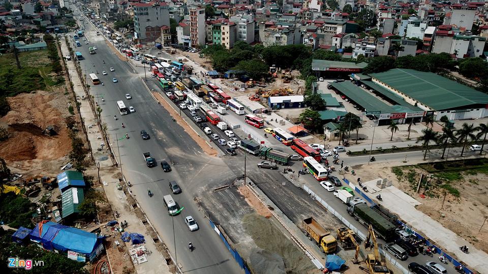 Ôtô xếp hàng dài 1 km trên đường từ Nội Bài vào nội đô