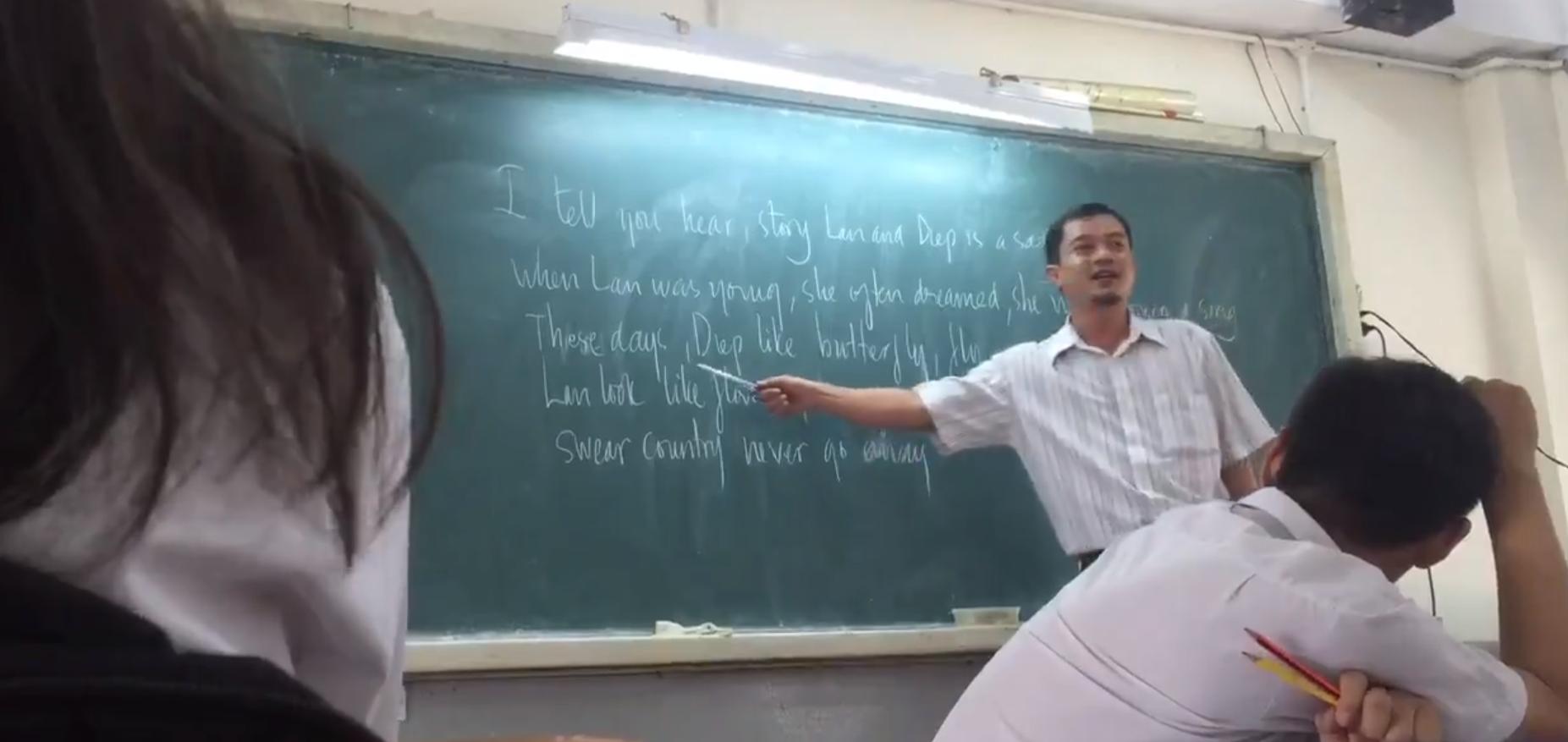 Hình ảnh thầy Hùng dạy tiếng Anh bằng nhạc Tài Smile khiến dân mạng thích thú