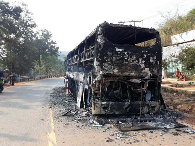 Xe khách giường nằm cháy trơ khung trên quốc lộ, 38 người thoát chết