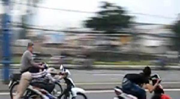 'Quái xế' ở Sài Gòn tông thẳng xe vào cảnh sát để bỏ trốn
